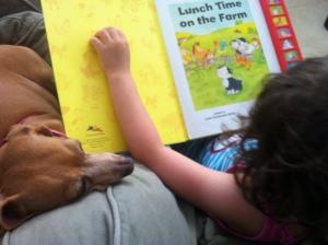Disfrutando un libro con su perrita