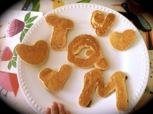 Pancakes en forma de corazones y tqm para celebrar San Valetín